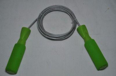 фото Скакалка - шнур стальной трос в пластиковой оплетке 2,6м, пластиковые ручки с неопреновыми накладками. Индивидуальная упаковка - блистер. 312