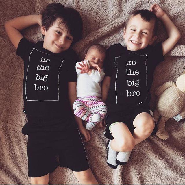 Детские мальчики девочки с коротким рукавом футболки, лето детская одежда, хлопок напечатанная письмом, черный Брат Сестра ребенок вершины тройники 3-36 М