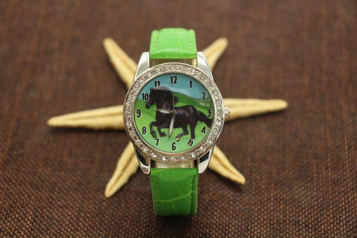Горячие Популярных Новый Черный Конь Животных Смотреть Кварцевых Кристаллов Алмазы Черный Ремешок Наручные Часы Подарок Y7012