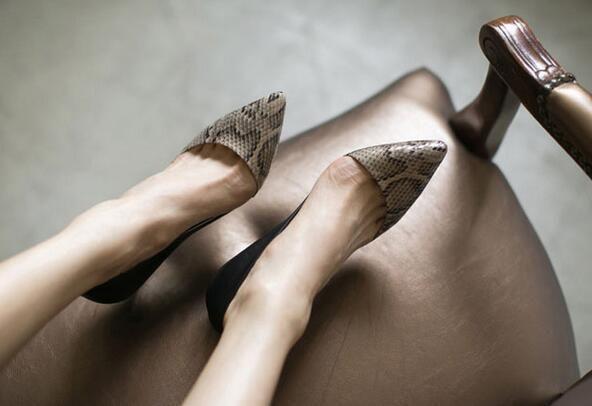 Ж-бесплатная доставка 2015 Осень новые моды острым носом обувь одного женщин коровы каблуках офис леди vogue сексуальная змея шаблон насосы